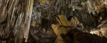 Skradžiai žemę per Nercha Urvą ( isp. Cueva de Nerja)